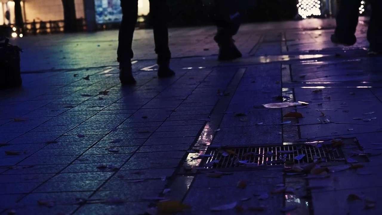 3人の男の足元を地面すれすれから映したシーン。
