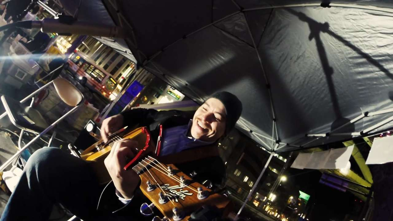ギターに付けた GoPro から演奏者を撮影したシーン。