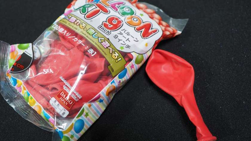 100 円均一の赤い風船。