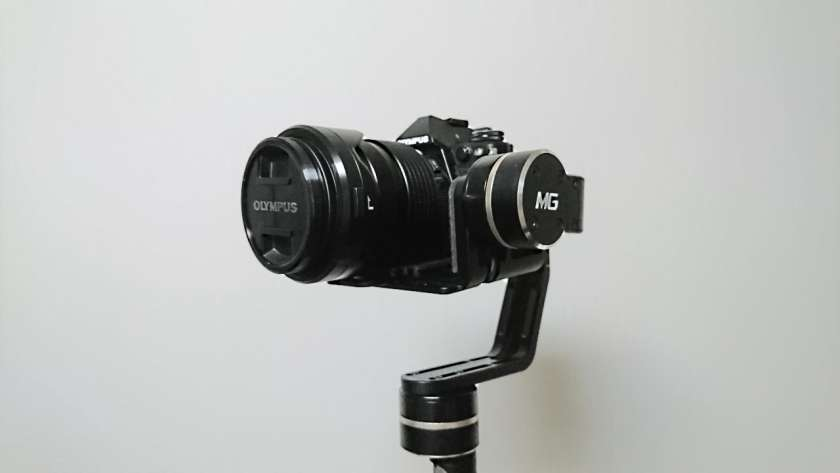 Feiyu MG にカメラを乗せた様子。