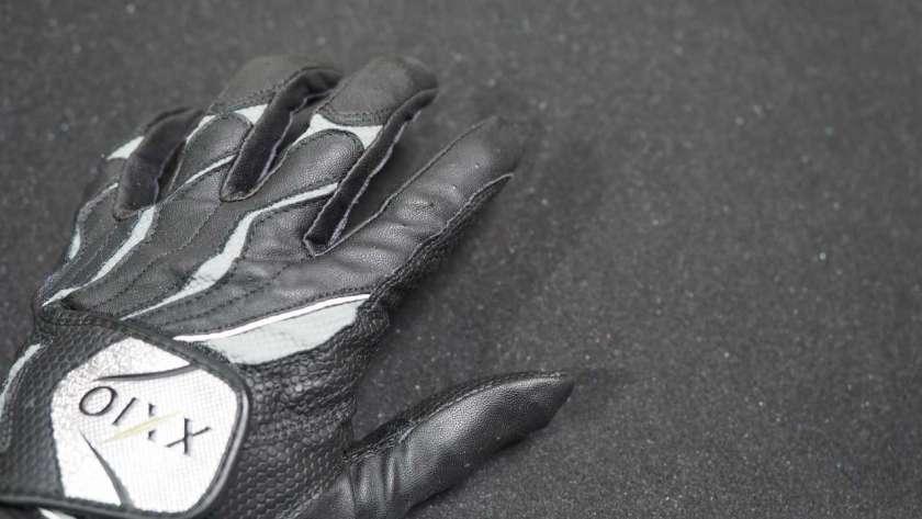 ゴルフ用の革手袋、手の甲側のイメージ。