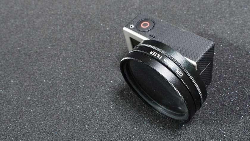 GoPro に 52mm レンズを取り付けて水平に立てて置いた様子。