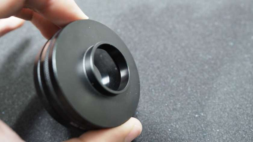 GoPro にレンズを取り付けるためのアダプタを裏側から映した様子。