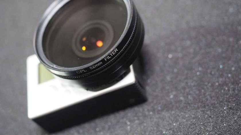 GoPro に 52mm レンズと偏光フィルタを取り付けた様子。