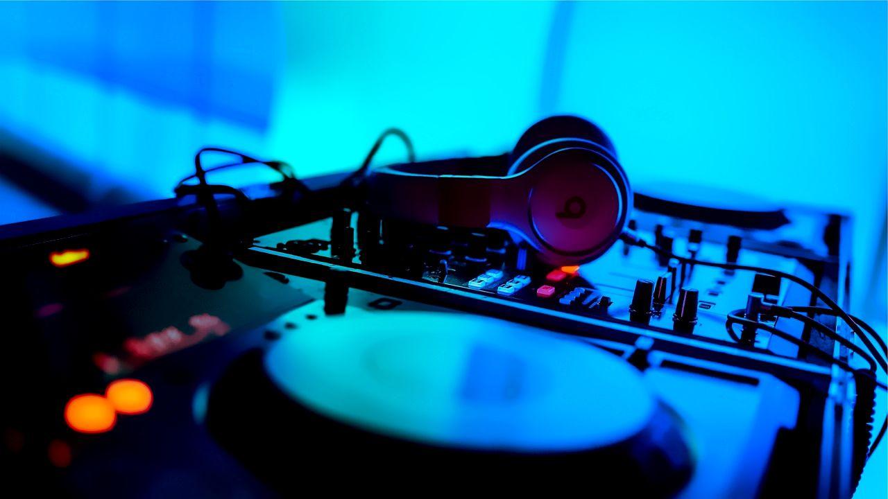 ヘッドフォンと音楽のイメージ。