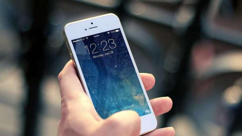 iPhone を操作しているイメージ。
