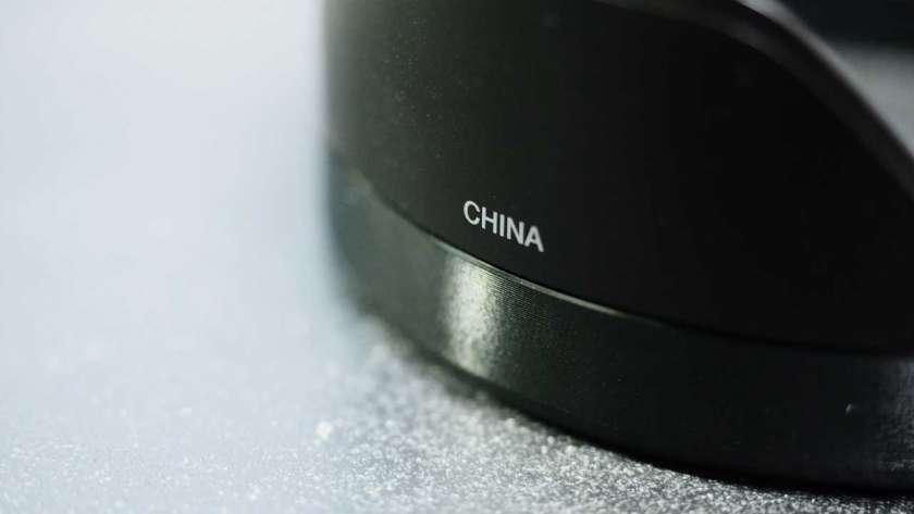 M.ZUIKO Pro レンズのレンズフードに印字された CHINA ロゴ。
