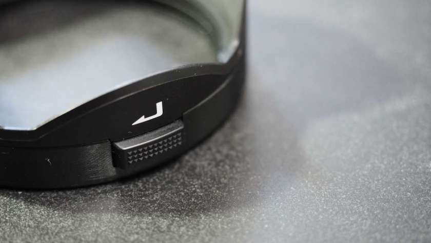 M.ZUIKO Pro レンズのレンズフードに付いているボタン。