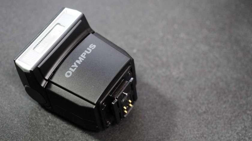 OM-D E-M5 標準付属のフラッシュ。