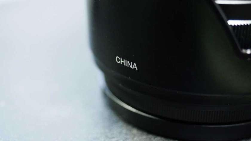 OM-D E-M5 標準レンズキットに付属するレンズフードの CHINA ロゴ。
