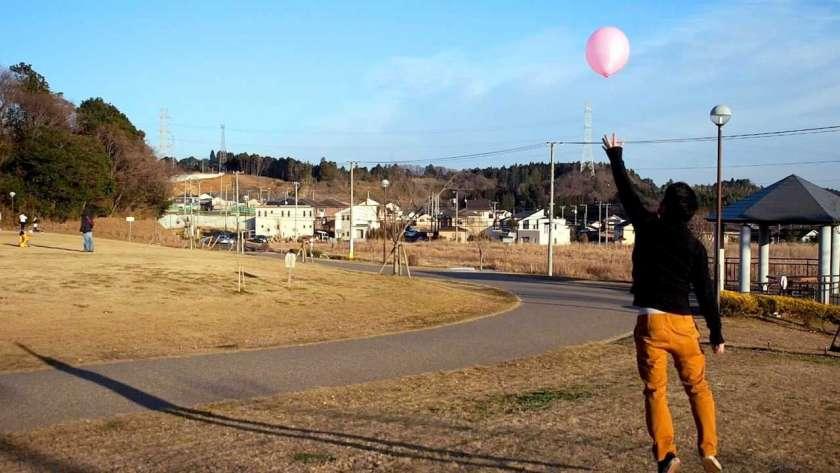 風船で遊ぶ男性のイメージ。