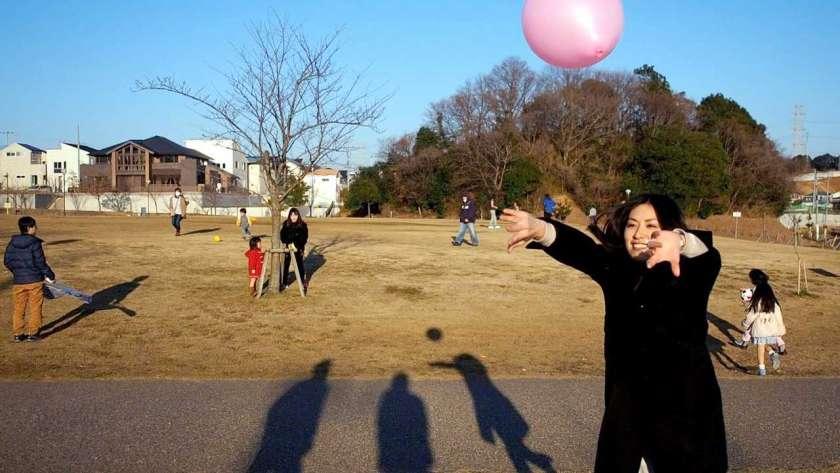 風船で遊ぶ女性のイメージ。