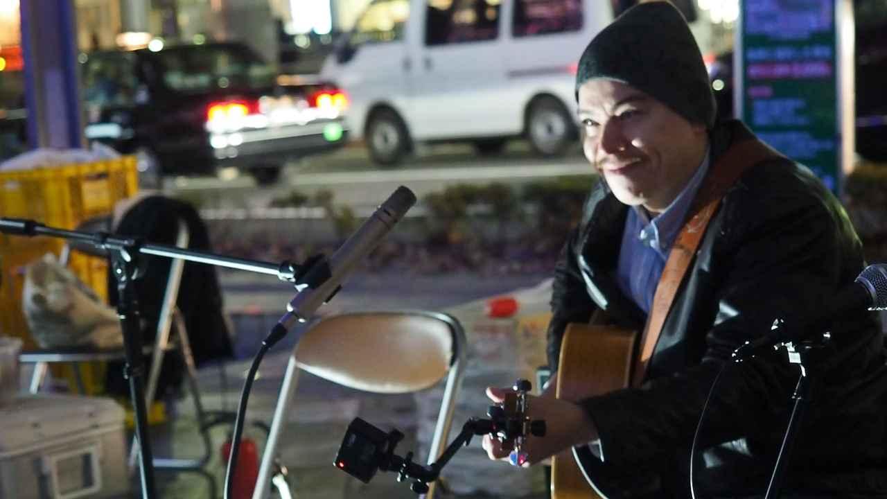 The JAM をギターに取り付けた様子。
